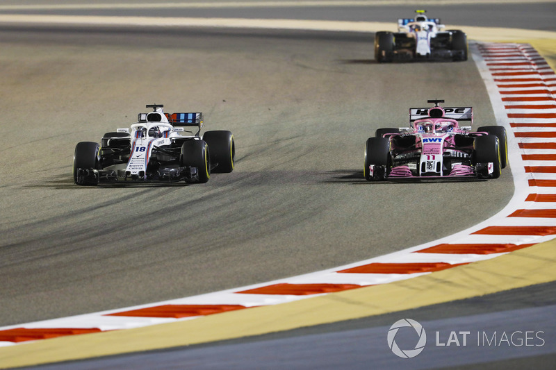 Lance Stroll, Williams FW41 Mercedes, batalla con Sergio Pérez, Force India VJM11 Mercedes, delante de Sergey Sirotkin, Williams FW41 Mercedes