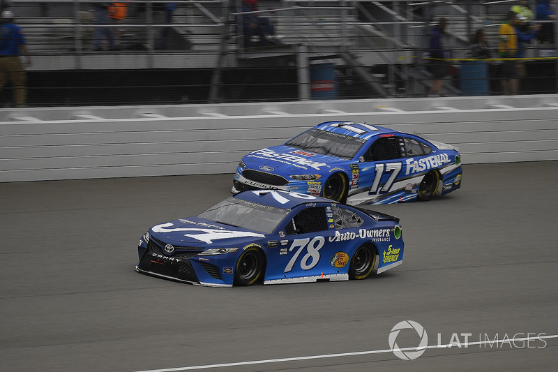 Martin Truex Jr., Furniture Row Racing, Toyota Camry Auto-Owners Insurance e Ricky Stenhouse Jr.