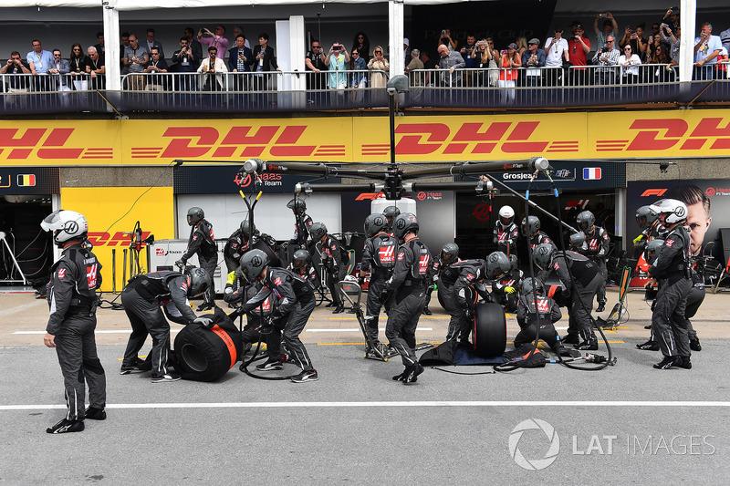 Meccanici Haas F1 in attesa di un pit stop