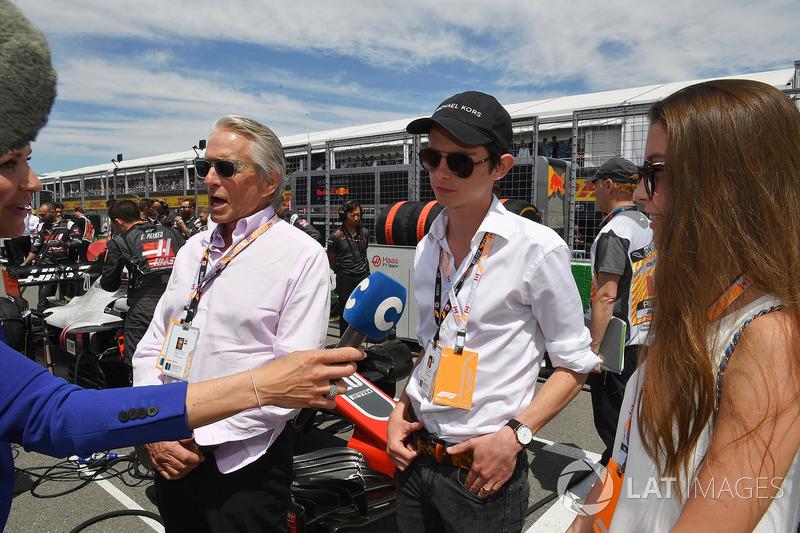 Michael Douglas, con il figlio Dylan Douglas, e la figlia Carys Zeta-Douglas, in griglia