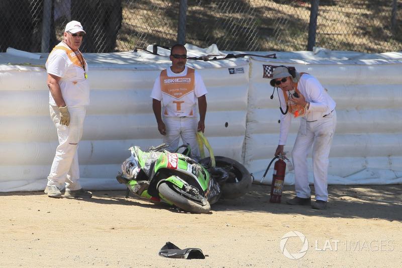 La moto di Toprak Razgatlioglu, Kawasaki Puccetti Racing, dopo l'incidente