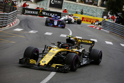 Carlos Sainz Jr., Renault Sport F1 Team R.S. 18, leads Brendon Hartley, Toro Rosso STR13