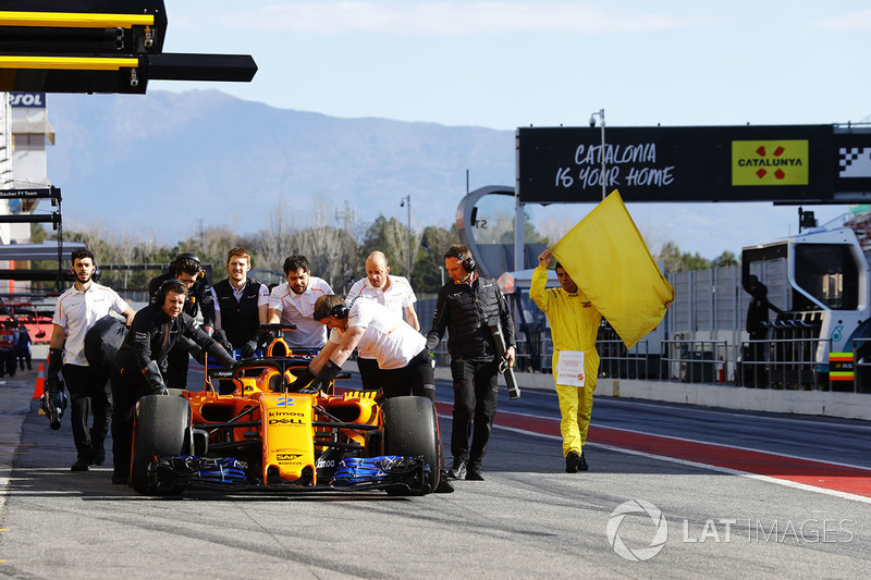 Mobil Stoffel Vandoorne, McLaren MCL33, didorong masuk ke garasi