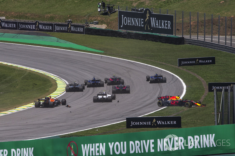 Daniel Ricciardo, Red Bull Racing RB13 and Stoffel Vandoorne, McLaren MCL32 collide at the start of