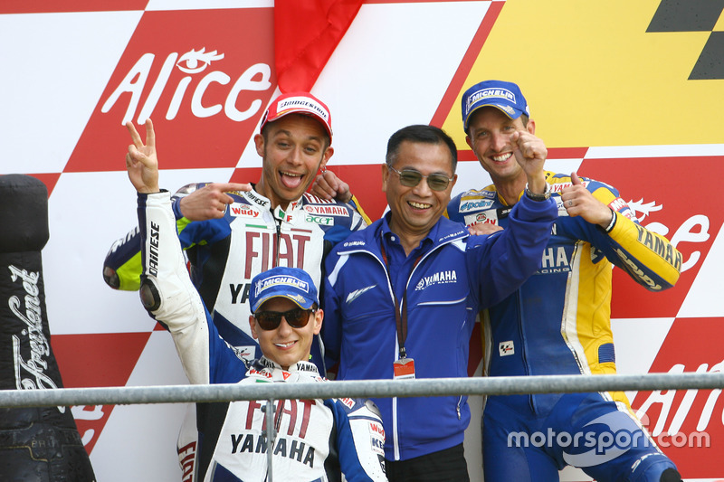 Podium : le vainqueur Valentino Rossi, Yamaha; le deuxième Jorge Lorenzo, Yamaha; le troisième Colin Edwards, Tech 3; et Masao Furusawa, Yamaha