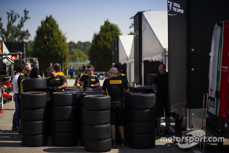 Pirelli ekibi lastikleri hazırlıyor
