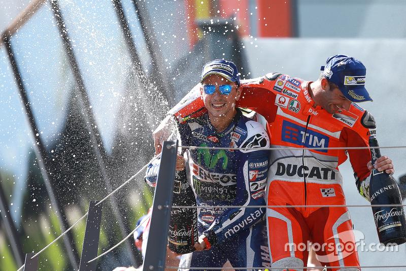 Il vincitore della gara Andrea Iannone, Ducati Team, il terzo classificato Jorge Lorenzo, Yamaha Factory Racing