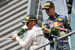 Подиум: Даниэль Риккардо, Red Bull Racing - второе место и Льюис Хэмилтон, Mercedes AMG F1 - третье