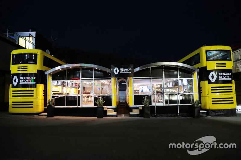 Il motorhome Renault Sport F1 Team di notte