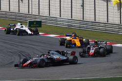 Romain Grosjean, Haas F1 Team VF-18 Ferrari, devant Kevin Magnussen, Haas F1 Team VF-18 Ferrari, et Fernando Alonso, McLaren MCL33 Renault