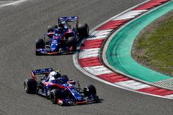 Pierre Gasly, Scuderia Toro Rosso STR13 ve Brendon Hartley, Scuderia Toro Rosso STR13
