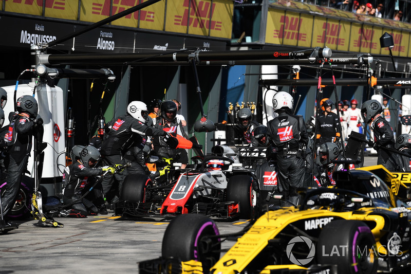 Romain Grosjean, Haas F1 Team VF-18 pit stop and Nico Hulkenberg, Renault Sport F1 Team R.S. 18