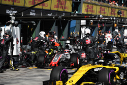Romain Grosjean, Haas F1 Team VF-18 pit stop ve Nico Hulkenberg, Renault Sport F1 Team R.S. 18