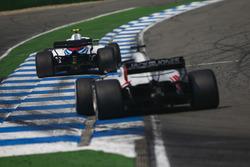 Сергей Сироткин, Williams FW41, и Ромен Грожан, Haas F1 Team VF-18