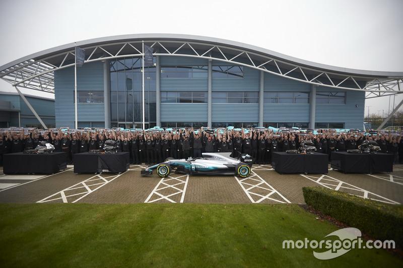 Niki Lauda, Presidente no ejecutivo, Mercedes AMG F1, Lewis Hamilton, Mercedes AMG F1, Toto Wolff, Director Ejecutivo de Mercedes AMG F1 con todos los miembros del equipo