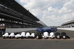 1. Will Power, Team Penske Chevrolet, mit Crew