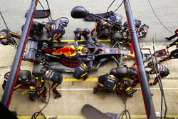 Max Verstappen, Red Bull Racing RB14 Tag Heuer, pit stop action