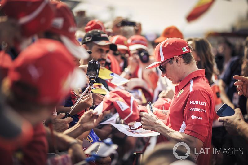 Kimi Raikkonen, Ferrari, memberikan tanda tangan kepada penggemar