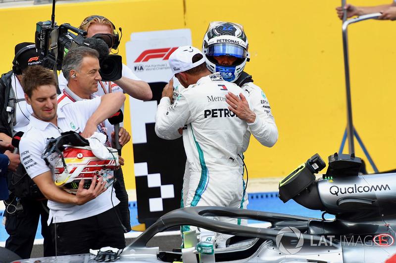 Pole: Lewis Hamilton, Mercedes-AMG F1, parc ferme ve Valtteri Bottas, Mercedes-AMG F1