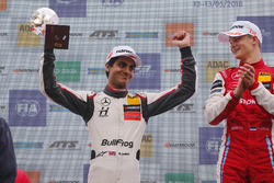 Podium: winnaar Ralf Aron, PREMA Theodore Racing Dallara F317 - Mercedes-Benz, nummer twee Enaam Ahmed, Hitech Bullfrog GP Dallara F317 - Mercedes-Benz