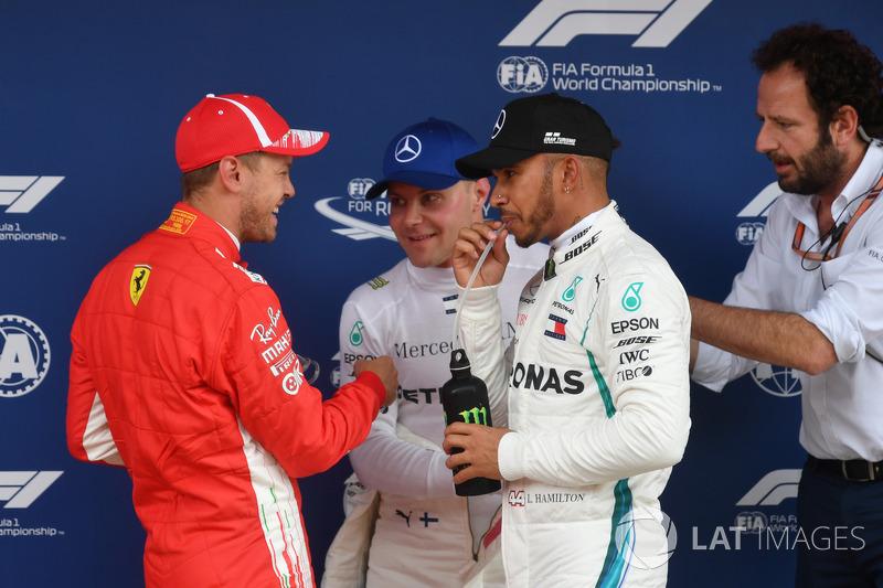 Sebastian Vettel, Ferrari, Valtteri Bottas, Mercedes-AMG F1, Lewis Hamilton, Mercedes-AMG F1 y Matteo Bonciani, FIA delegado de medios de FIA en parc ferme