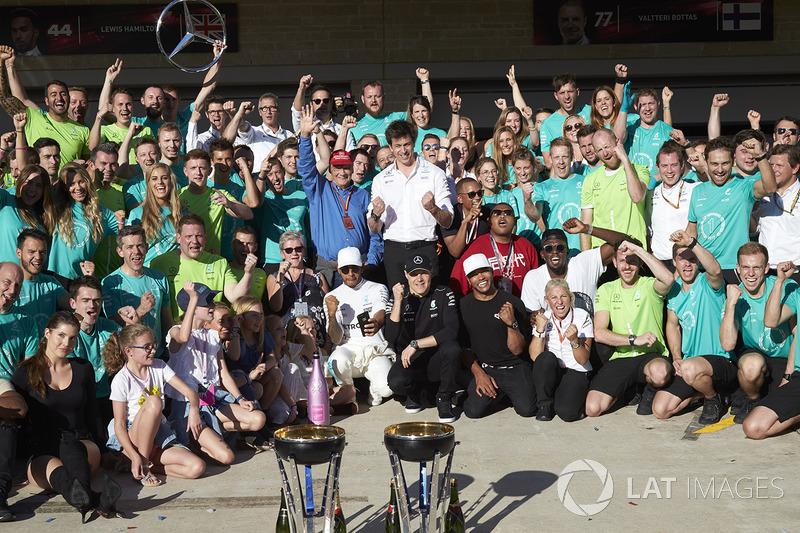 Команда Mercedes празднует победу в США и титул в Кубке Конструкторов