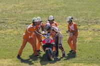 Marc Marquez, Repsol Honda Team con i marshal dopo la caduta