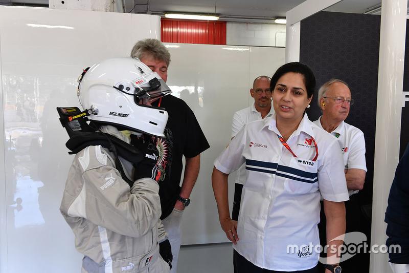 Руководитель Sauber Мониша Кальтенборн, Патрик Фризахер и пассажир двухместного автомобиля F1 Experi