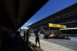 Stoffel Vandoorne, McLaren MCL32, regresa al agaraje