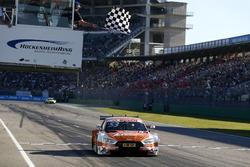 De finishvlag voor Jamie Green, Audi Sport Team Rosberg, Audi RS 5 DTM