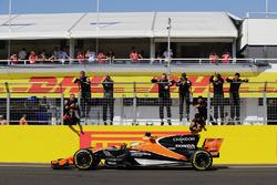 Фернандо Алонсо, McLaren MCL32, приймає привітання після фінішу на шостому місці