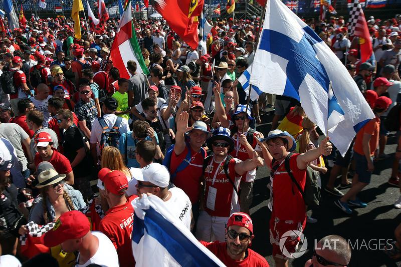 Прапори Ferrari, уболівальники, святкування перемоги на подіумі