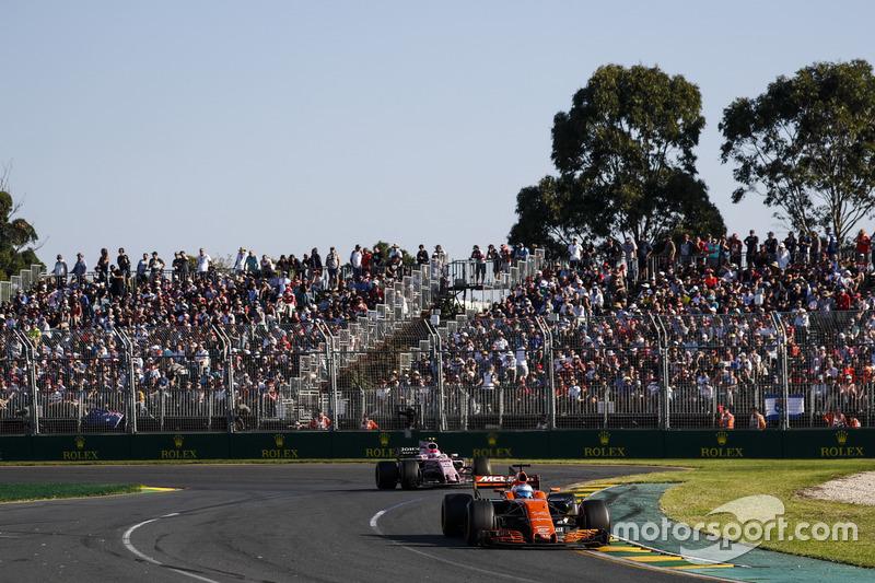 Fernando Alonso, McLaren MCL32 y Esteban Ocon, Force India VJM10