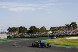 Daniil Kvyat, Scuderia Toro Rosso STR12, devant Antonio Giovinazzi, Sauber C36