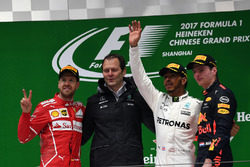 Podio: secondo Sebastian Vettel, Ferrari, Aldo Costa, Mercedes AMG F1 Engineering Director, il vincitore della gara Lewis Hamilton, Mercedes AMG F1, terzo Max Verstappen, Red Bull Racing