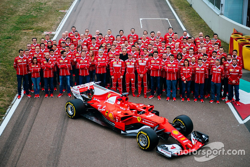 Kimi Raikkonen, Sebastian Vettel, Sergio Marchionne y el equipo Scuderia Ferrari con el nuevo Ferrari SF70H