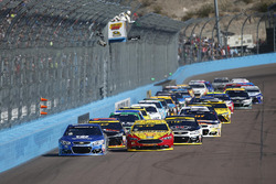 Restart: Alex Bowman, Hendrick Motorsports Chevrolet, Joey Logano, Team Penske Ford lead