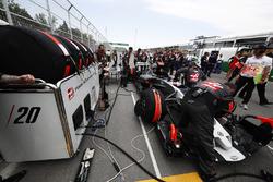 Haas F1 Team engineers prepare the car of Kevin Magnussen, Haas F1 Team VF-17