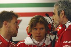 Sebastian Vettel, piloto de Ferrari, y Maurizio Arrivabene, jefe de equipo de Ferrari