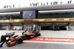 Fernando Alonso, McLaren MCL32, wird in die Box geschoben