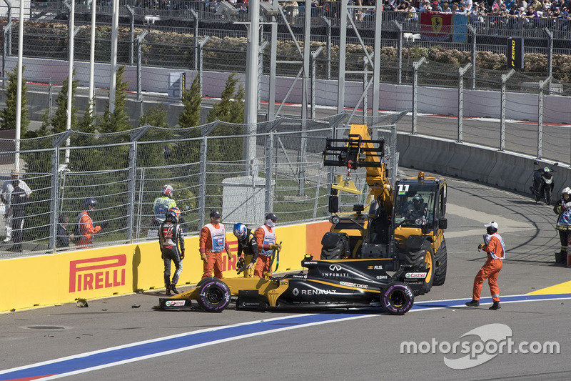 Jolyon Palmer, Renault Sport F1 Team RS17 and Romain Grosjean, Haas F1 Team VF-17 crashed on lap one