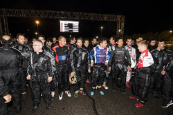 Pilotos listos para la carrera de kart de beneficio