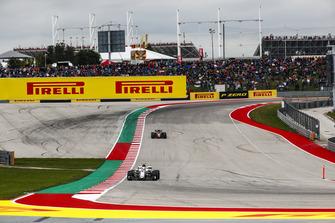 Charles Leclerc, Sauber C37, precede Kevin Magnussen, Haas F1 Team VF-18