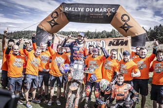 #8 Red Bull KTM Factory Racing: Toby Price with the team