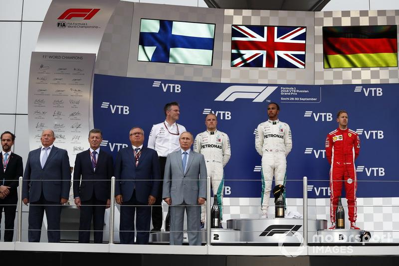 James Allison, Direttore tecnico Mercedes AMG F1, il secondo classificato Valtteri Bottas, Mercedes AMG F1, il vincitore della gara Lewis Hamilton, Mercedes AMG F1 e il terzo classificato Sebastian Vettel, Ferrari, sul podio