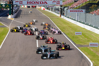 Lewis Hamilton, Mercedes AMG F1 W09 EQ Power+, leads Valtteri Bottas, Mercedes AMG F1 W09 EQ Power+, Max Verstappen, Red Bull Racing RB14, Kimi Raikkonen, Ferrari SF71H, Romain Grosjean, Haas F1 Team VF-18, Sebastian Vettel, Ferrari SF71H, and the rest of the field at the start of the race