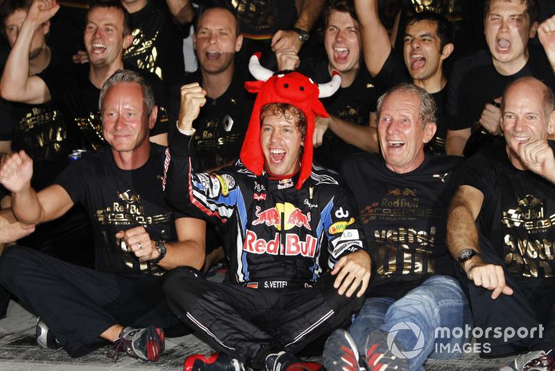 Это был грандиозный успех для всех – Феттеля, Red Bull Racing, их молодежной программы и лично для Хельмута Марко и Эдриана Ньюи. Первый «воспитал» Себа и дал ему шанс, а второй в который уже раз построил абсолютно лучшую машину сезона