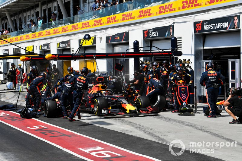 Max Verstappen, Red Bull Racing RB15, pit stop