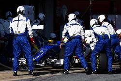 Marcus Ericsson, Sauber C35 practica una parada en pits