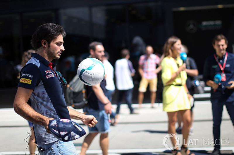Carlos Sainz Jr., Scuderia Toro Rosso jugando al futbol
